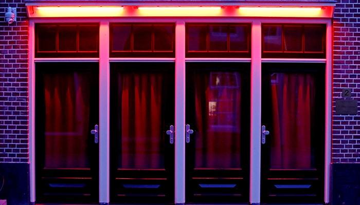 Фото дня: как секс-работницы в районе красных фонарей Амстердама приспосабливаются к пандемии коронавируса