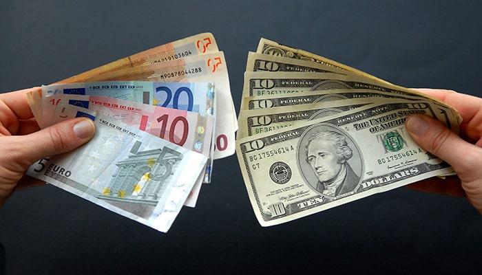 Доллар США впервые за семь лет проиграл евро в качестве основной валюты в международных платежах