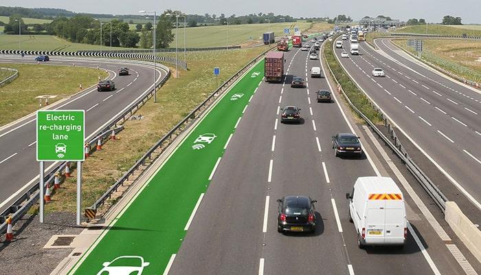 Некоторые компании работают над технологией, которая позволит заряжать электромобиль во время езды