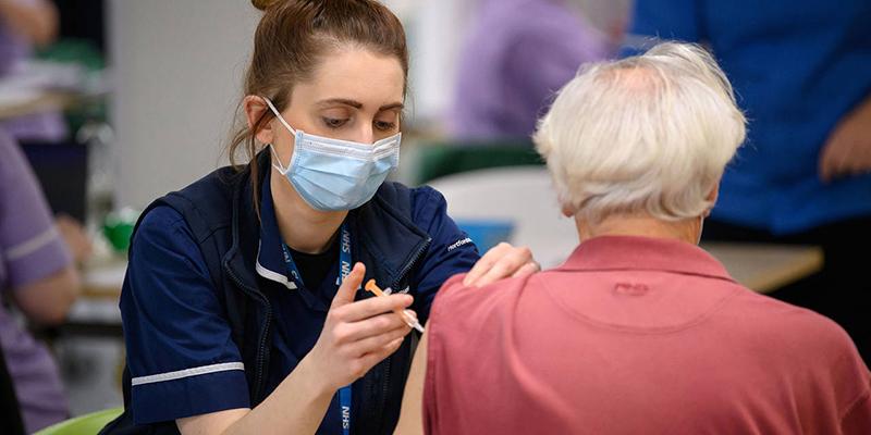 Правительство Великобритании намерено вакцинировать каждого взрослого к концу июля