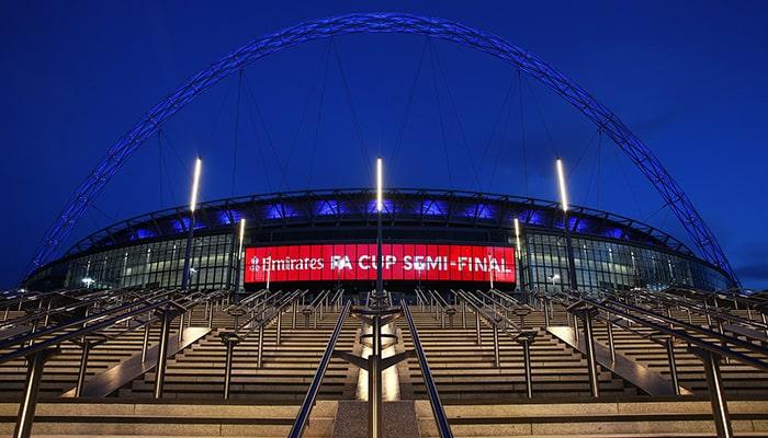 Футбольные фанаты возвращаются на Уэмбли, а британские ученые будут следить за их каждым движением