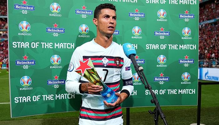 Как пострадали такие бренды, как Coca-Cola и Heineken, после того, как звездные футболисты убрали их продукцию на своей пресс-конференции