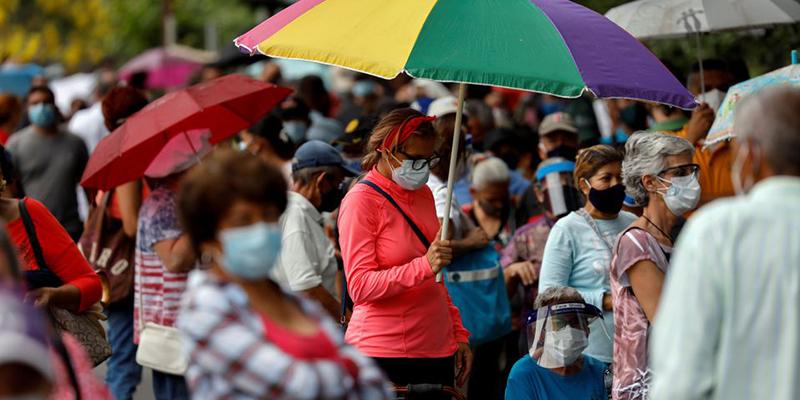 Венесуэла, осажденная санкциями, просит местные банки производить оплату вакцины для граждан страны