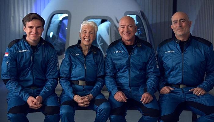 Сегодня Джефф Безос отправится в космос, он проведет там всего 3 минуты без пилота и скафандра. Его полет не будет похож ни на один из предыдущих